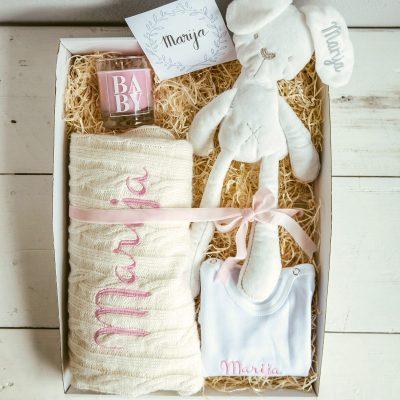 poklon paket sa dječjom dekicom, mirisnom svijećom, body s imenom i plišanim zekom