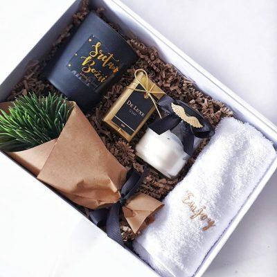 božićni poklon paket sa mirisnim svijećama, sapunom i ručnikom