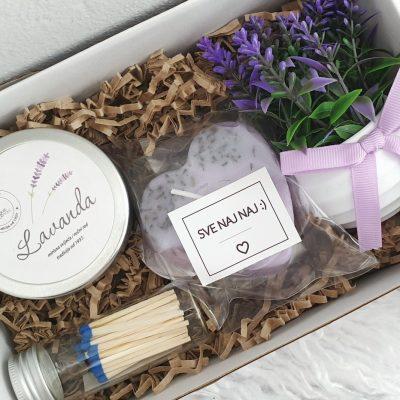 poklon paket sa mirisnim svijećama i buketom od lavande