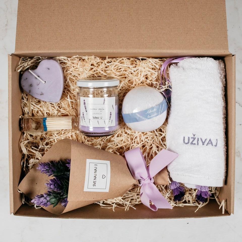 poklon paket sa svijećom buketom ručnikom