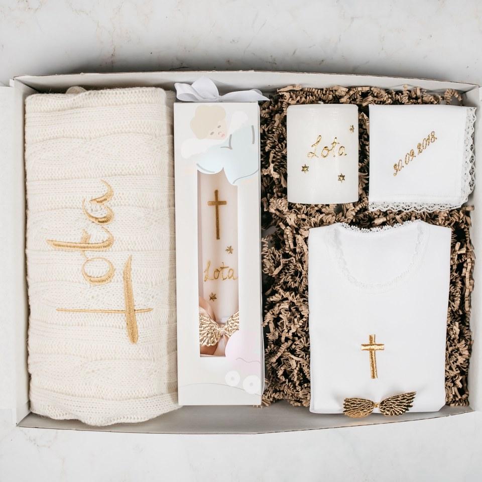 poklon paket sa svijećom dekicom i košuljicom za krštenje